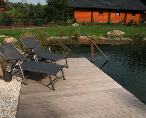 große Terrasse am Teich