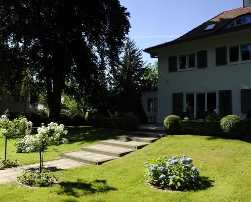 Natursteinpflasterung im Garten