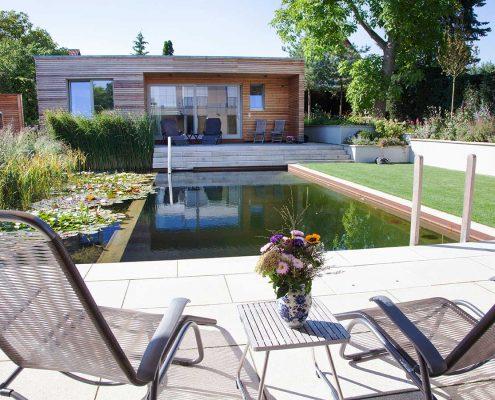Terrasse zum Schwimmteich im Garten