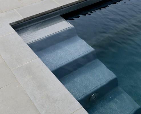 Treppenstufen mit Naturstein im Swimmingpool