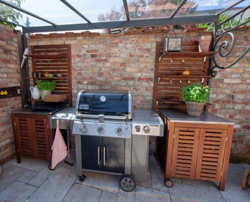 Terrasse mit Grill und Überdachung